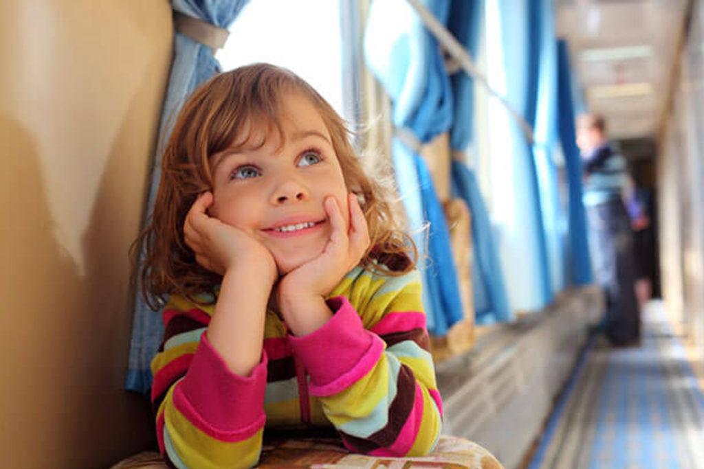 Ребенок улыбается в поезде