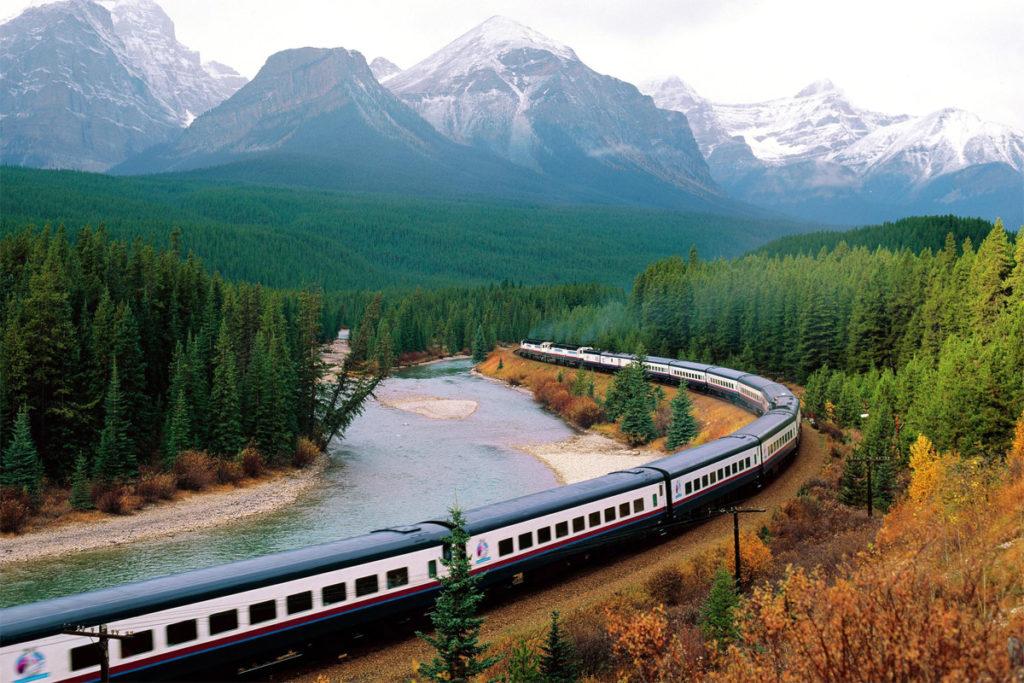 поезд едет в горах