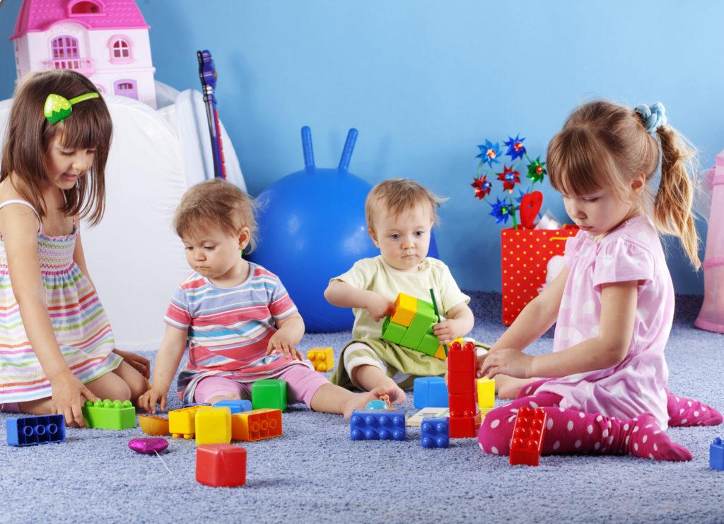 Дети играю с конструктором