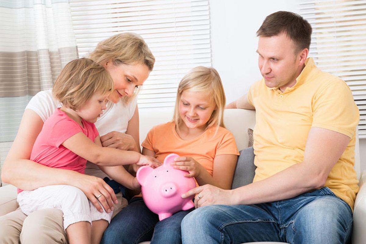 семья кладет деньги в копилку