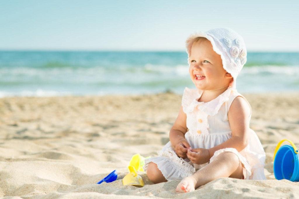 девочка на пляже улыбается