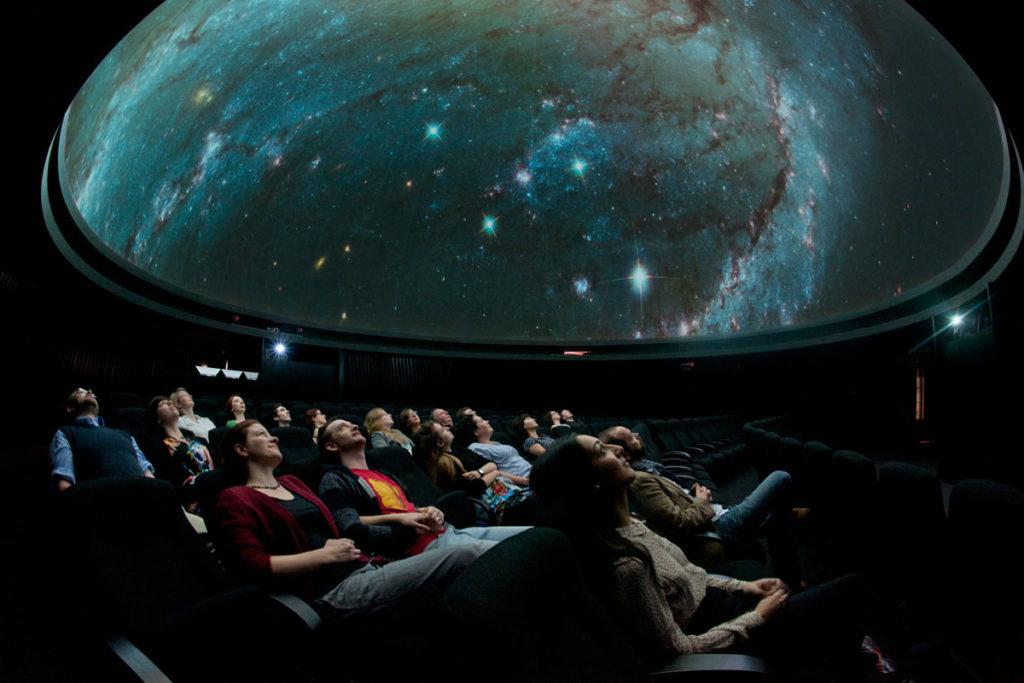 Дети в планетарии