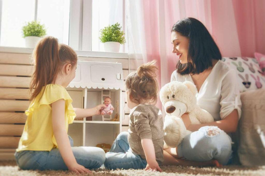 Мама играет с дочками в куклы